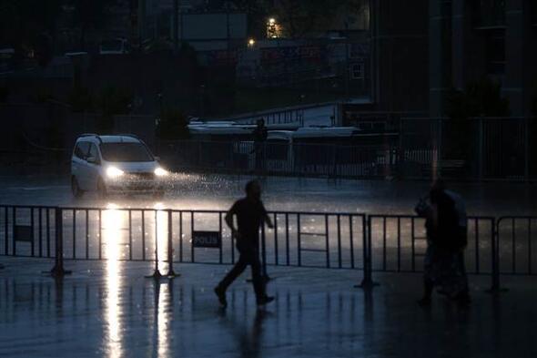 Anya, leugrottam egyet futni...izé...úszni! - Forrás: Hürriyet