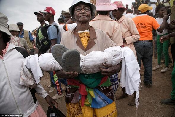 Madagaskar'da 'Ölüler Günü' iptal edildi: Ölüleri mezardan çıkarıp dans etmeyin