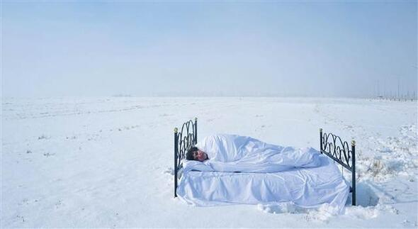Profesör yatağını karın üzerine kurup uyudu... Nedeni mülteciler