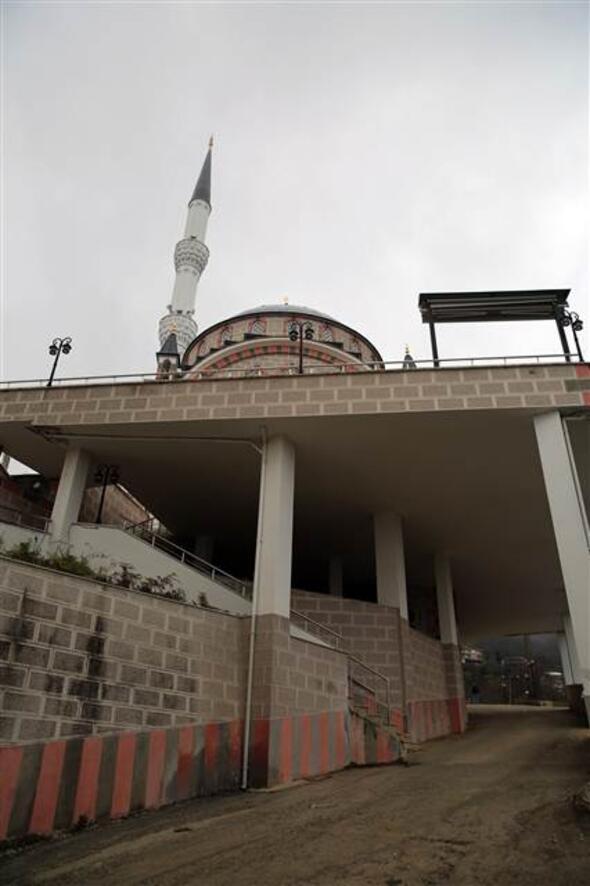 Cami ve kurs binasının altından yol geçiyor
