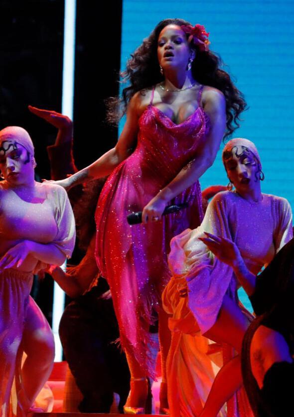 Grammy gecesinde Rihannadan vahşi performans