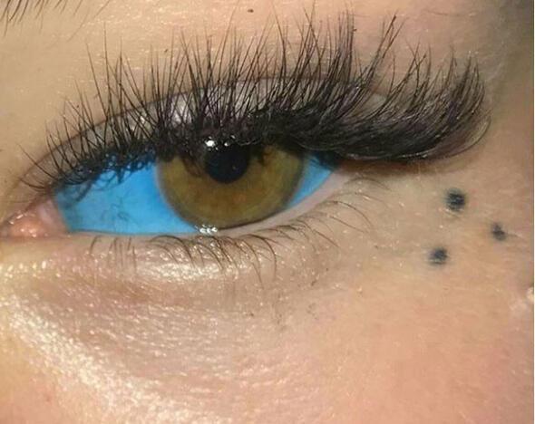 Gözlerini mürekkeple maviye boyadı