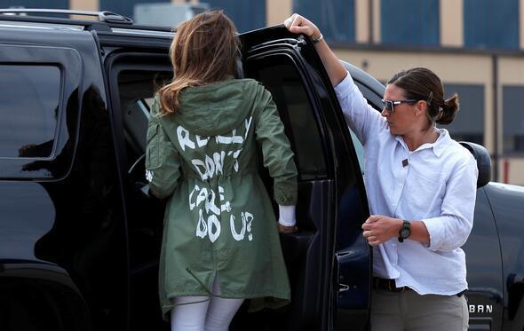 Melania Trumpın ceketi ABDyi karıştırdı Açıklama  Donald Trumptan geldi