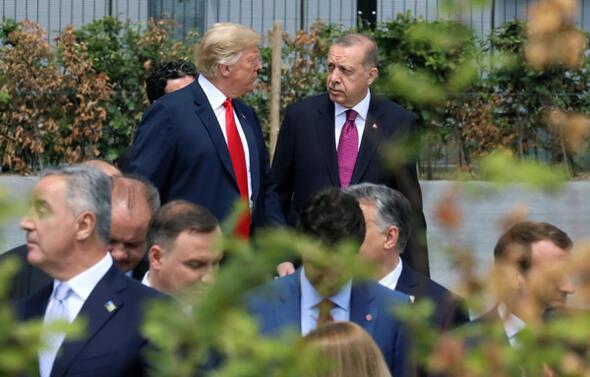 NATO zirvesinde dikkat çeken görüntü...