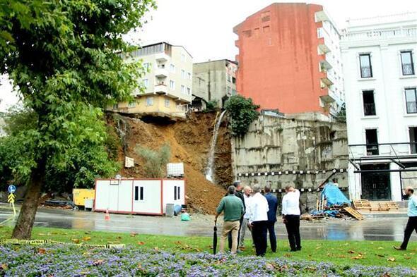 Sütlücede toprak kayması Bina canlı yayında çöktü