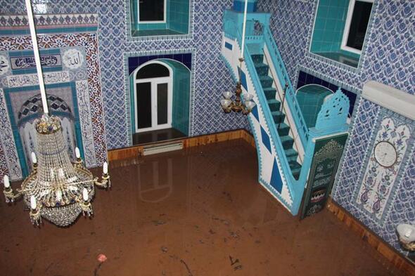 Doğu Karadeniz'de sağanak, sel ve heyelana yol açtı, yollar kapandı