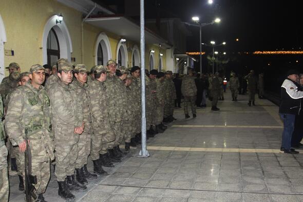 Suriye sınırına askeri sevkiyat... Böyle uğurlandılar...