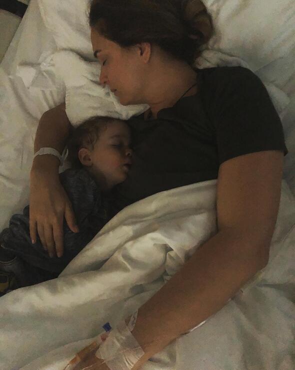 Ceyda Düvenci: İki gündür oğlumla hastanedeyim çünkü bakacak kimse yok