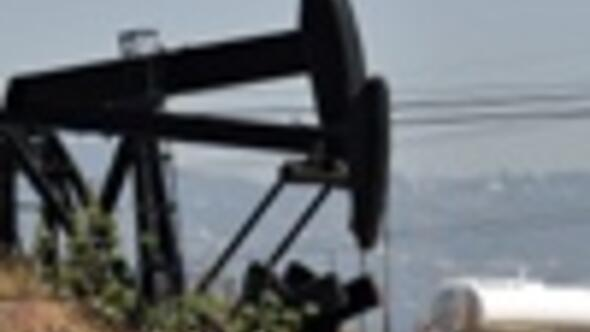 Oil prices slip under 127 dollars