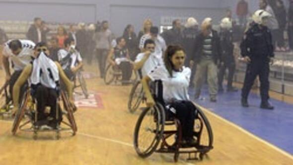 Tekerlekli sandalye basketbol maçında olay