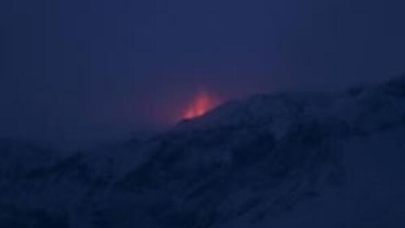 İzlandada yanardağ patladı