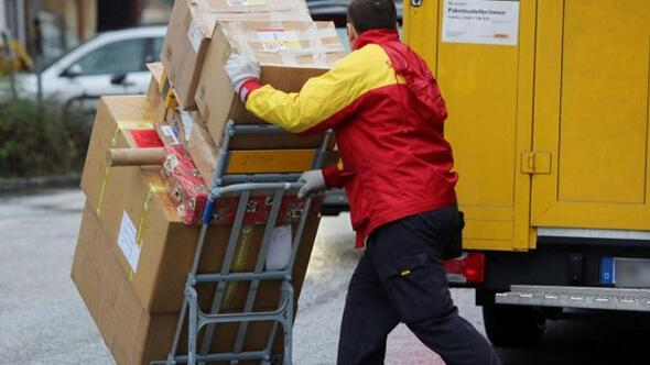 Postacı dağıtması gereken paketleri internette sattı