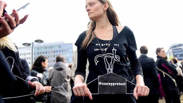 Polonyalı kadınlar direndi, kürtaj yasası reddedildi 44