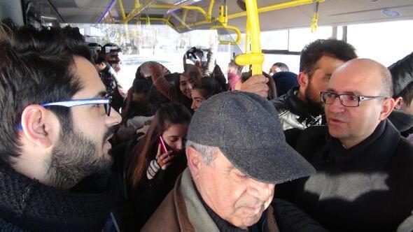Rektör öğrencileri otobüste dinledi