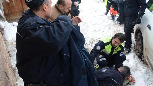 Kaza yerinde rapor tutan polise, otomobil çarptı