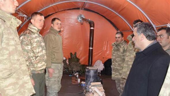 Tunceli Valisi Kaymaktan 2 metrelik karda operasyon yapan askerlere ziyaret