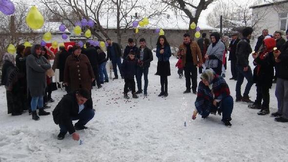 Eksi 15 derecede kar üzerinde nikah kıydılar