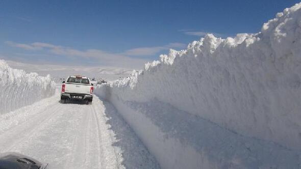 Öğrenciler eğtime başlasın diye yollar kardan temizlendi