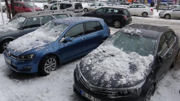 Çatıdan düşen buzlar otomobilleri hurda etti