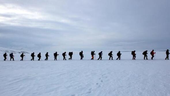 Gazeteciler buz tutan Çıldır Gölü'nde 8 kilometre yürüdü