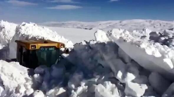 Karlıovada 2 metreyi aşan karla kapalı 47 köy yolu açıldı