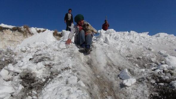 Damlardan atılan kar, çocukları sevindirdi