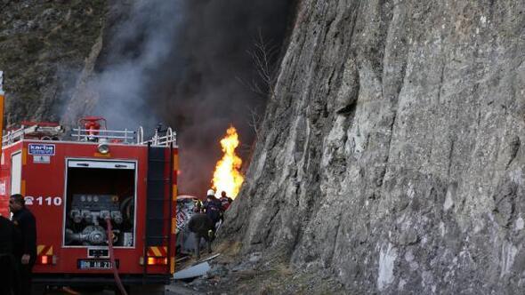 Borçkada devrilen tanker alev alev yandı