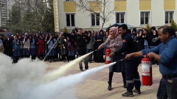 Liseli öğrencilere yangın söndürme eğitimi