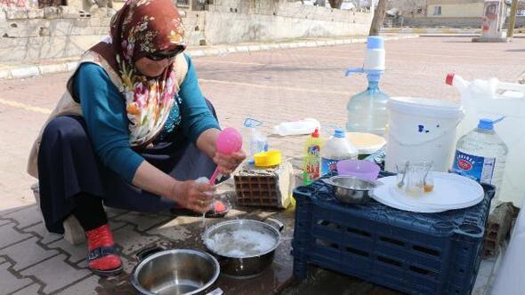 Depremzede kadınlar 8 Martı buruk kutladı