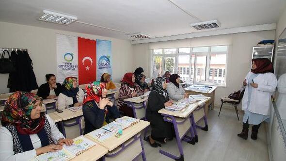 Kadın kursiyerler okuma yazma öğreniyor