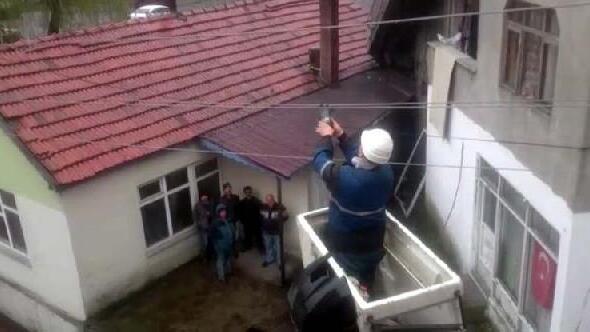 Elektrik telinde mahsur kalan güvercin kurtarıldı