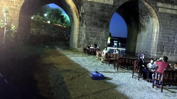 Tarihi On Gözlü Köprünün iki gözünü izinsiz doldurdular