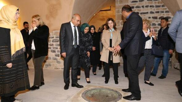 Mevlüt Çavuşoğlunun eşinden Kilise ziyaret