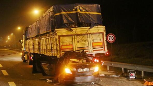 Otomobil TIRın altına girdi: 1 ölü, 6 yaralı