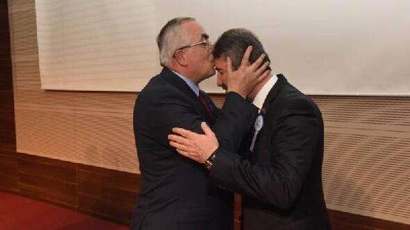Vali, Milli Eğitim Müdürünü alnından öptü