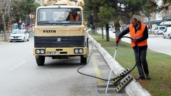 Yağmur suyu ızgaraları temizleniyor