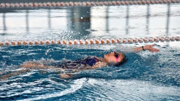 Öğrenciler yüzmede yarıştı