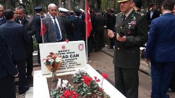 Albay Akkurt, şehit askerinin mezarını görünce duygulandı