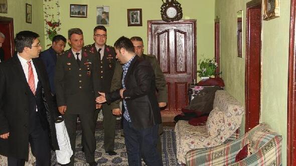 Başkale Kaymakamı Öztürk şehit ailesini ziyaret etti