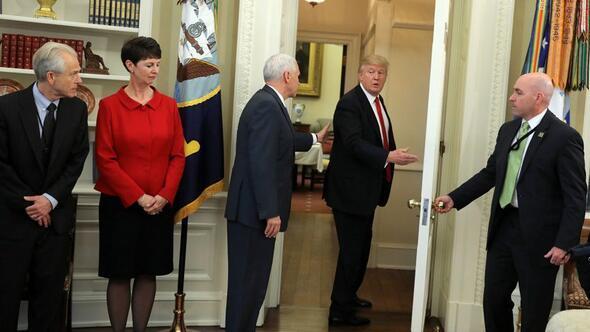 Trump aniden odayı terk etti Pence arkasından bakakaldı