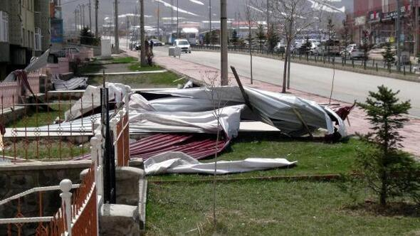 Erzurum'da fırtına çatıları uçurdu ile ilgili görsel sonucu