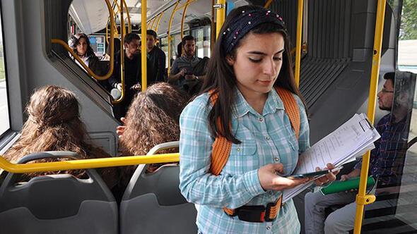 Üniversitelilerden 'ayakta yolculuk' için güvenlik kemeri! ile ilgili görsel sonucu