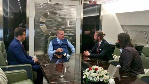 Erdoğanın uçağında sürpriz misafiler
