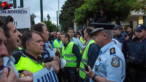 Polis polisle çatıştı... Parlamentoya girmeye çalıştılar