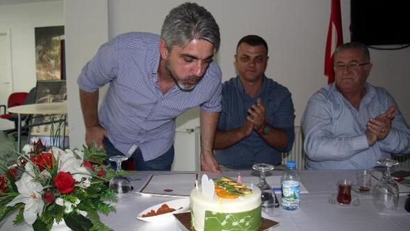 1 ay önce yollarını ayırdığı teknik direktör Atilla Güneş'le yeniden anlaşan Karşıyaka yönetimi, genç çalıştırıcıya doğum gününde pasta sürpriziyle