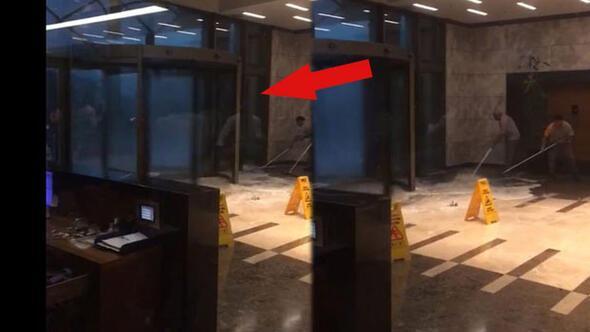 A nyíllal jelölt helyen olyan mennyiségben és sebességben érkezett a jég, hogy a forgóajtó is pörgött tőle. Klikk a képre a videóért! - Forrás: Hürriyet