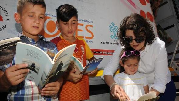 Kadın kütüphane müdürü Köy köy dolaşıp kitap dağıtıyor