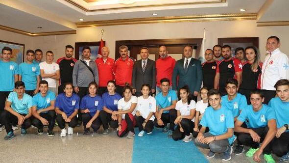Kayaklı Koşu Milli Takımı Vali Süleyman Elban'ı makamında ziyaret etti.