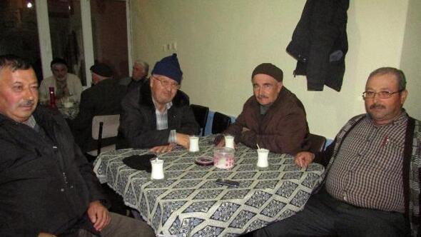 Köy kahvesinde kış geceleri süt içiliyor