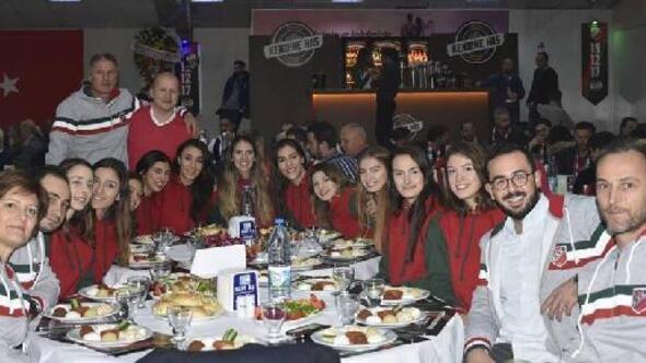 Karşıyaka camiası, 19 Aralık Dünya Karşıyakalılar Günü'nde Taraftarlar Derneği'nin düzenlediği geleneksel gecede dün bir araya geldiler.